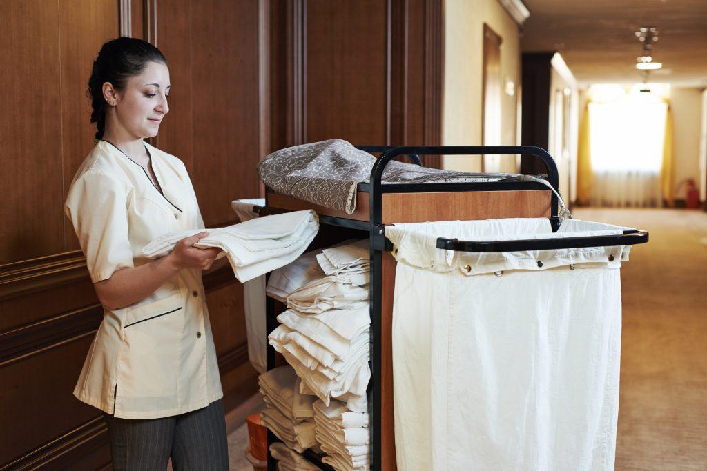 Zimmermädchen mit Wäschewagen in Hotel